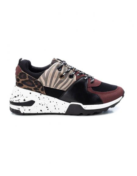 Deportivo sneaker XTI granate combinado animal print para mujer - Imagen 1